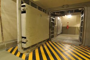 """Im Regierungsbunker selbst befindet sich seit 2008 das """"Museum des Kalten Krieges"""" in dem Besucher zum Beispiel das enorme Drucktor des Bunkers bestaunen können"""