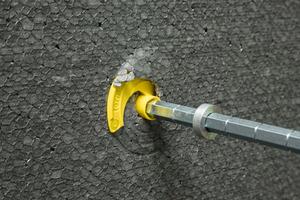 Links: Da Schraubteller und Schraube die gleiche Steigung haben, drehen sie sich gleichzeitig; der Schraubteller schneidet ohne Beschädigung in den Dämmstoff<br />