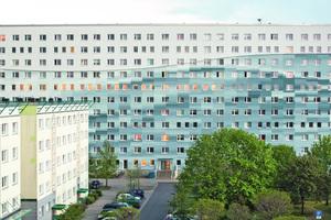 Für die gepixelte Wasserwelle auf einem Wohnblock in Senftenberg gab es den Förderpreis für künstlerische und designbetonte Arbeiten Foto: Florian Broecker / Brillux