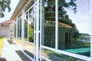 Oben links: Holzfenster an einem Hallenbad<br />