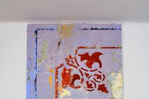 Typisch für echte Wiegerling-Objekte: Der restaurierte Ausschnitt einer historischen Schablonenmalerei, ein uralter Balken oder ein sonstiges Stück Vergangenheit bleibt auf einer Wand erhalten