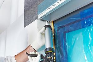WDVS-Montagekleber 3860 für die Verklebung der oberen Kante der WDVS-Laibungsplatte auftragen