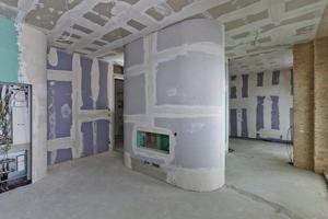 Für die Wohnskulpturen in den ehemaligen Fabriketagen mussten die Trockenbauer die Gipskartonplatten stark biegen<br />Fotos: Knauf / Gallandi