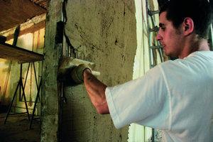 """<div class=""""4.6 Bildunterschrift"""">Wichtig nicht nur bei der Fachwerkrestaurierung: Die Ausführung von Lehmputzarbeiten auf traditionellen Putzträgern wie Schilfrohr</div>"""