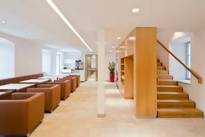Angebunden an den Bibliotheksneubau ist das Erdgeschoss des denkmalgeschützten Haupthauses, in dem sich ein Lesecafé befindet