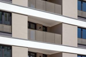 """Gleich drei verschiedene Wärmedämmverbundsysteme von Caparol finden beim Westside Tower Anwendung: Bereiche mit geringen Hellbezugswerten basieren auf dem Dämmsystem """"Carbon Extra"""", ansonsten ist """"Pro Extra"""" im Einsatz. Gut sichtbar sind hier auch die horizontalen Profile aus dem """"Capapor""""-Programm"""