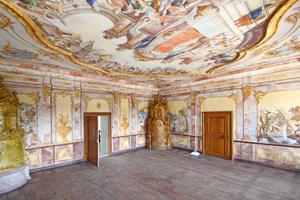 """Das Papstzimmer mit der """"schwebenden Wand"""" (rechts im Bild)"""