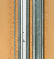 Links sieht man das Montageprofil mit, rechts ohne montierte Laufschiene