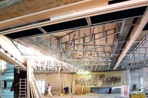 Die Unterkonstruktion für die Lichtdecke wurde im Foyer aus 60/27-Profieln montiert und teilweise mit Weitspann-<br />trägern abgefangen<br />Fotos: Saint-Gobain Rigips<br />
