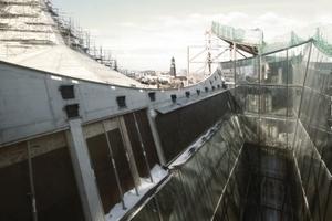 Diese Gebäudefuge trennt Musiksäle von Hotel (rechts). Das hier schneebeckte Glas unten belichtet die große Bar im Foyer<br />