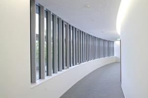 """Rechts: Die Flurdecken mussten dem Grundriss in Form einer acht in verschiedenen Radien folgen<span class=""""bildnachweis"""">Fotos: Vogl Deckensysteme / Michael Godehardt</span>"""