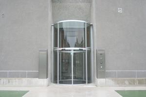 Eingang von außen. Der Glaszylinder steht in einem schräg in die Bunkerwände geschnitten Aussparung