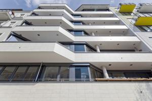 Bei ihrem Neubau im Berliner Stadtteil Prenzlauer Berg entschied sich die Central Bauten- und Projektentwicklungs GmbH für eine pflegeleichte Fassadenbekleidung aus Keramik