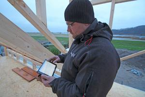 """Ruck-zuck gemacht: Auf der Baustelle werden die """"Stundenzettel"""" auf dem iPad ausgefüllt – schneller und sauberer als auf Papier"""