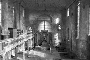 Oben: Vor dem Einbau der Stadtbibliothek wurden in der Jakobikirche archäologische Arbeiten durchgeführt. Zuvor war das Gotteshaus über 50 Jahre lang als Lagerhaus genutzt worden<br />