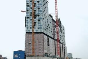 So sieht die Hamburger Elbphilharmonie zurzeit aus. Die Montage der Fassadenelemente ist fast abgeschlossen<br /> Foto: Thomas Wieckhorst<br />