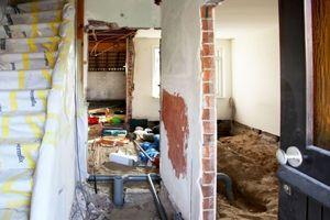 Und so sah es zu Beginn der Umbauarbeiten, also noch vor der Entkernung, in den Gebäuden aus<br />
