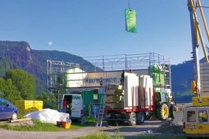 Das hohe Gewicht der Massivholzelemente erforderte einen dementsprechend stärker dimensionierten Kran<br />