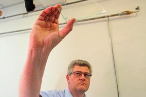 Wie Sie sehen, sehen Sie nichts: Dr. Markus Lettau hat eine Probe von Replebin dünn aufgezogen. Beim Trocknen wird die vorher milchige Flüssigkeit glasklar