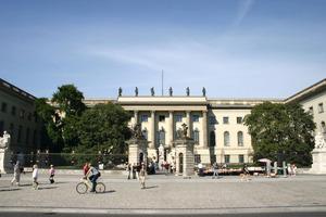 Weltbekannt: Das Hauptgebäude der Humboldt-Universität in Berlin. Hinter der repräsentativen Fassade montierten die Handwerker im vergangenen Jahr Ziegeldecken<br />Foto: Heike Zappe / Humboldt-Universität Berlin<br />