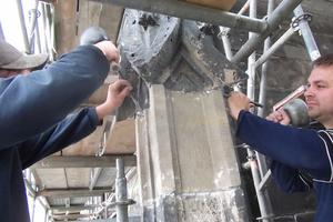 Die mit Blei gegossenen Fugen der Fialen werden von den Steinmetzen und Restauratoren mit Hammer und Setzeisen nachgearbeitet<br />