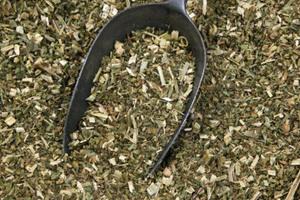 Die getrockneten Pflanzen werden in Stücke geschnitten oder gehäckselt …