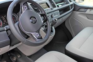 Der VW Transporter ist intuitiv bedienbar, verfügt über zahlreiche Ablagen und bietet einen komfortablen Arbeitsplatz