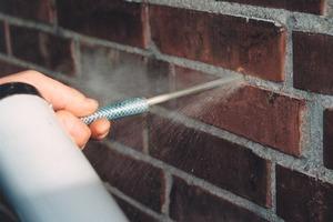 Erste Schritte zur Injektions-Befestigung in zweischaligem Mauerwerk: Bohrloch ausblasen (links) und Kunststoffhülse einführen Fotos: fischer<br />