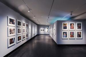 Ausstellungsraum im Obergeschoss mit abgehängter Gipskartondecke