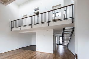 Offene Treppe führt hinauf zur neuen Galerieebene<br />