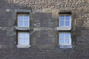 Die Fensteröffnungen sind als Fluchtwege zu schmal. Manche Fenster sind nur bessere Schießscharten