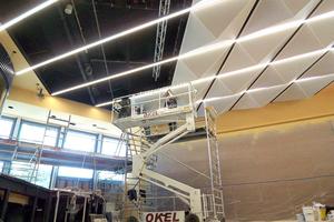 Montage einer schalldurchlässigen Pyramidendecke beim Umbau des Bürgerhauses in Lohfelden
