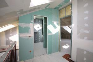 Der Innenausbau des im Zuge der Sanierung bis auf die Balkenlagen der Holzdecken entkern-<br />ten Hauses erfolgte komplett in Trockenbauweise<br />