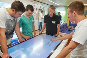 Im Brillux Show-Truck erklären Auszubildende des Malerhandwerks den Schülern, was den Beruf interessant macht<br /><br />Foto: Markus Nilling/Brillux<br />