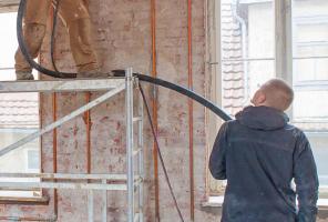 Die 48 cm dicken Wände der Fabrik verputzten die Handwerker mit Lehm<br />Fotos: Jan Kobel