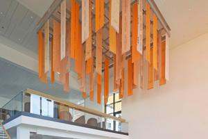 Das Foyer wird von einer Deckeninstallation aus Bahnenprodukten von Schlüter-Systems bekrönt