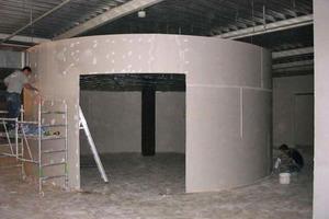 Auch freistehende Raumelemente konnten in runder Form mit den Trennwandelementen aus Flachsscheben ohne Deckenanschluss montiert werden<br />
