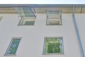"""Die Verbesserung von Dämmung und Schallschutz erhielten die alten Fenster durch den Vorbau zusätzlicher Isolierglas-Wendefenster, die wie Schwingfenster nach außen hin aufklappbar sind<span class=""""bildnachweis"""">Fotos (2): Guggenbichler+Netzer Architekten / Philipp Herbster</span>"""