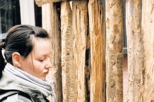 Die Jugendlichen werden auch an die ursprünglichen, heute wieder aktuellen Formen des Lehmbaus herangeführt. Im Bild: Aufarbeiten von Strohlehm und Verfüllen eines Gefachs auf handgefertigten Staken<br />