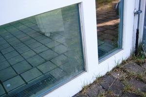 Daneben: Durch Tauwasser an den innen liegenden Glasflächen ist ein hoher Diffusionsdruck von innen nach außen zu erkennen<br />