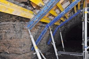 Daneben: Stützkonstruktion in der Gewölbeinnenseite zur Gewährleistung der Gewölbestandsicherheit bei den von außen stattfindenden Arbeiten<br />