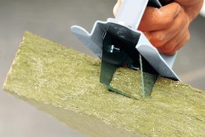 Wo Stromkabel und Wasserrohre verlaufen, werden die Platten mit dem Steinwollehobel angepasst. Die Aussparungen können für Rohre bis zu 3 cm Durchmesser exakt ausgenommen werden<br />