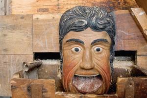 Diese bunt bemalte Schnitzerei in einer Mühle zeigt, wie viele Gewerke zusammenarbeiten müssen, wenn es darum geht, Holz in der Denkmalpflege zu erhalten<br /><br />