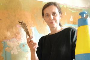 Katrin Lesser auf der Suche nach der originalen Farbigkeit der Wände …<br />