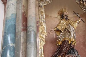 Säulen und Füllung aus Stuckmarmor: Die Günzburger Frauenkirche wurde im Hochbarock vom Baumeister und Stuckateur Dominikus Zimmermann errichtet<br /> Foto: Frank Herker<br /> <br />