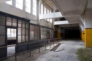 """Eines der """"Seitenschiffe"""" der großen Verladehalle vor Beginn der Sanierungs- und Umbauarbeiten<br />"""