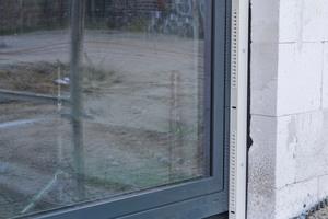 Das Fenster mit Ventra ist eingebaut; innen kann verputzt und außen das WDVS angebracht werden