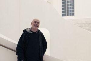 """""""Mir war das auch eine große Freude."""" Peter Kulka im neuen alten Treppenhaus mit vier Atlanten in jeder Ecke, alle bewusst """"verletzt"""" gelassen<br />"""