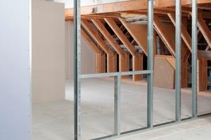 Für den Einbau des Fertigfensters muss zunächst ein Rahmen aus CW-Profilen geschaffen werden