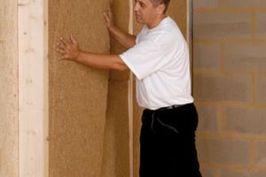 … und Montage der Dämmmatten in Holzständergefachen an der Wand<br />Fotos: Hock Thermohanf